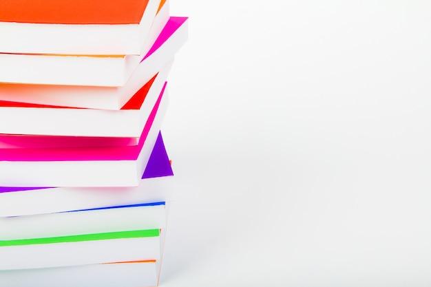 Montagna di libri con sfondo bianco