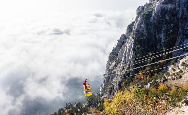 Горная канатная дорога в тумане, крым, ялта