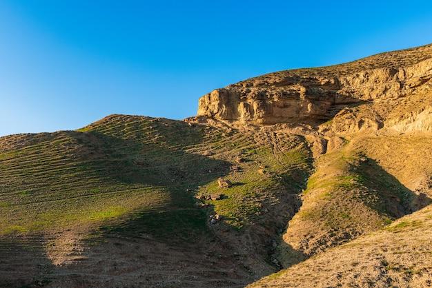 落石のある山の崖