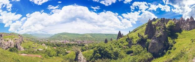 山の崖と曇り空 Premium写真
