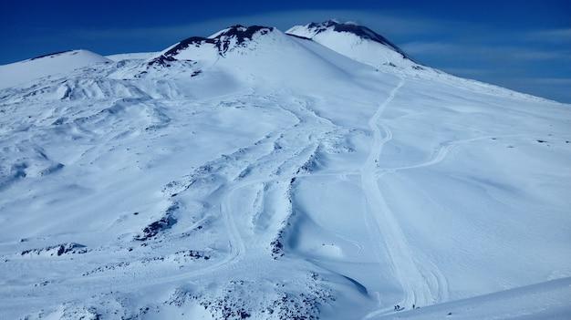 青空の下、雪に覆われた山