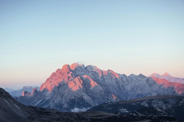 左側から太陽光線が降り注ぐ山。美しく静かな場所。