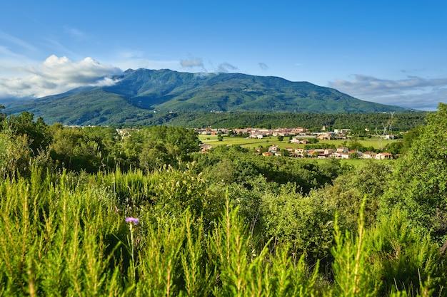 Горный пейзаж города долины холма. вид на деревню горной долины в испании.