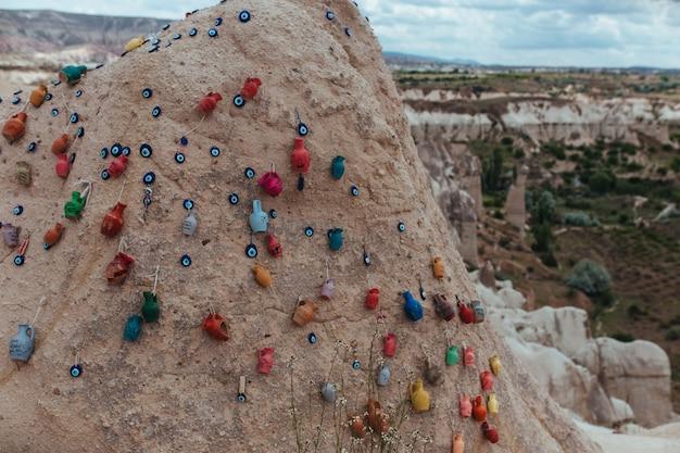 Гора в каппадокии увешана медальонами от сглаза и керамической посудой