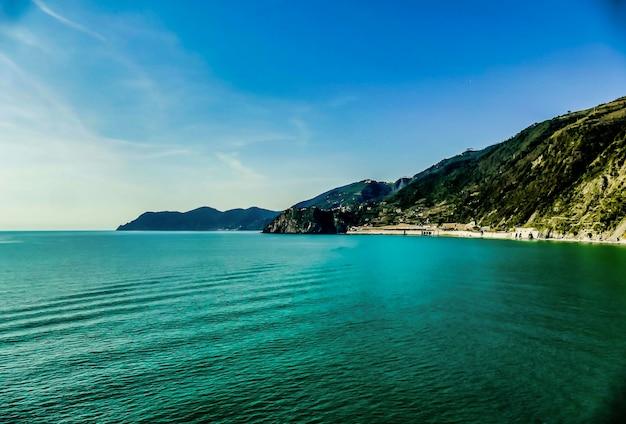 イタリアの水の前の山