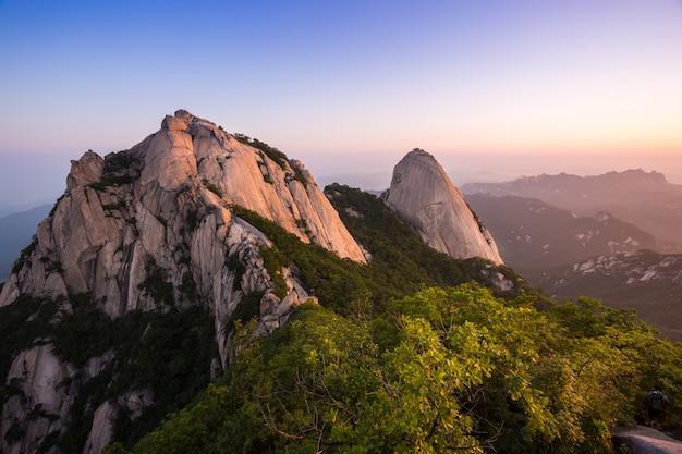 Гора в корее на восходе солнца расположенном в кёнгидо сеуле, южной корее. название горы бухансан
