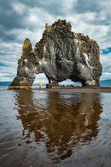 관광 여자 아이슬란드와 코뿔소 모양의 산