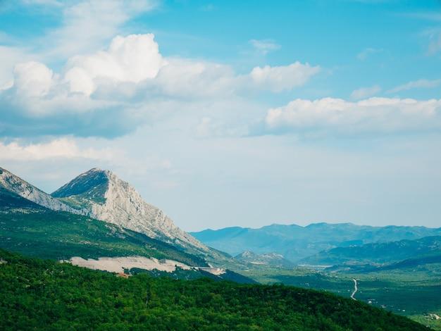 日が沈むと、モンテネグロの霧の中で山のコモビが山に落ちている