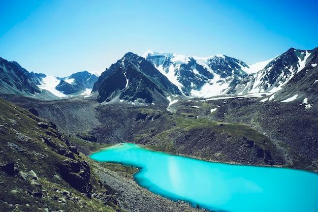マウンテンレイク。美しい景色。アルタイの高地にある青い湖。シベリアロシア。透き通った水と湖のほとりの静かで平和な休日。