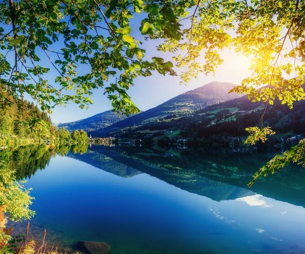 山の間の山の湖