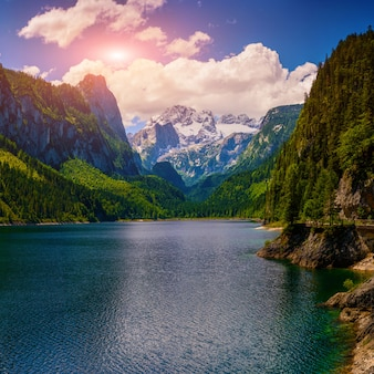 山の間で山の湖