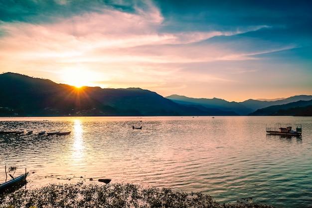 国立公園high tatraの山岳湖。劇的な曇り空。 strbske pleso、スロバキア、ヨーロッパ。美しさの世界。