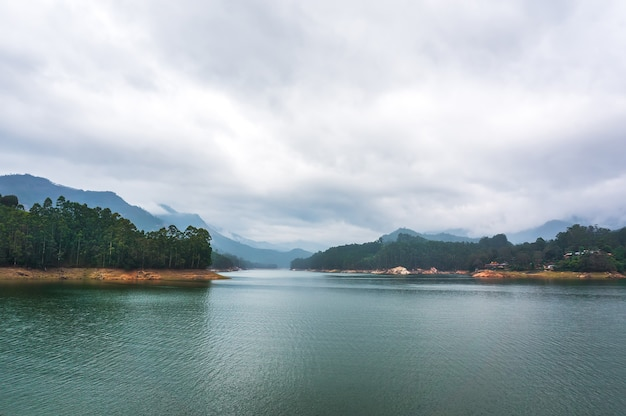 인도 케랄라주 무나르의 흐린 하늘이 있는 산악 호수 쿤데일