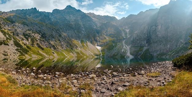 ポーランド、タトラ国立公園の山の湖の風景。晴れた日の水面の鏡