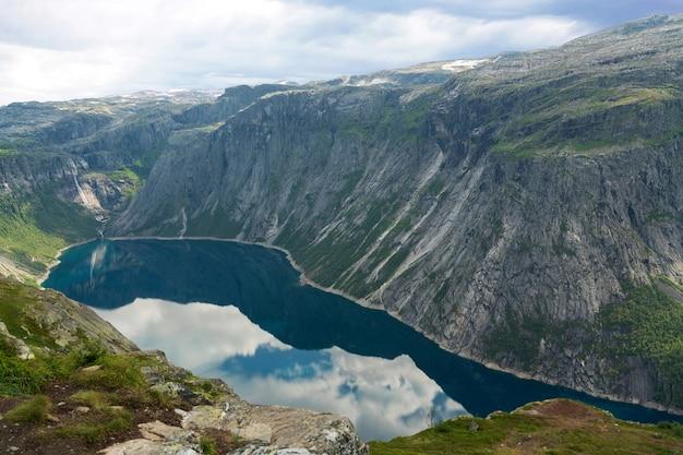 山の湖ringedalsvatnetの風景
