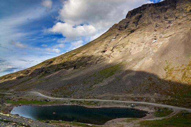 水が澄んだ山岳湖。コラ半島、ヒビヌイ山脈、ロシア