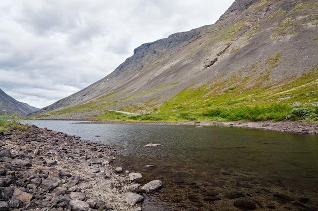 水が澄んだ山岳湖。コラ半島、ヒビヌイ、ロシア