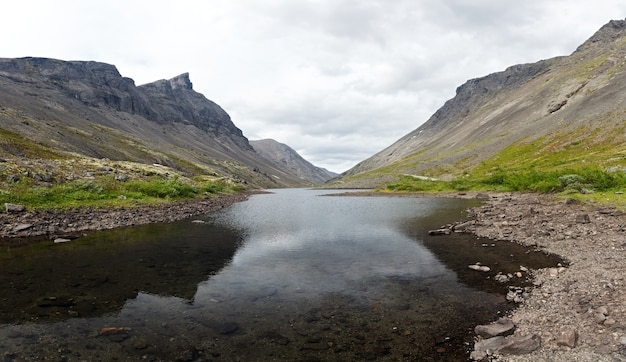 水が澄んだ山岳湖。コラ半島、ヒビヌイ。ロシア。