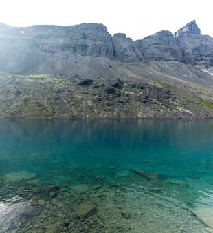 맑은 물과 산 호수. 콜라 반도, khibiny. 러시아.