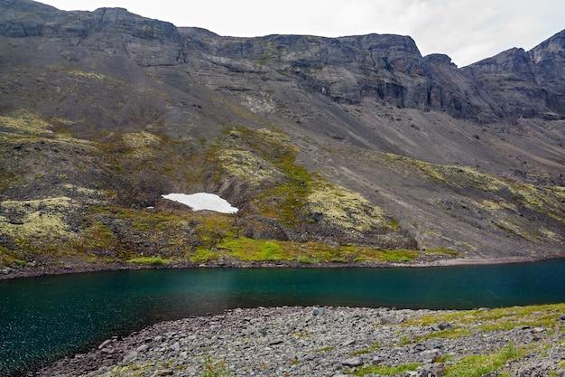 水が澄んだ山岳湖。ヒビヌイのコラ半島