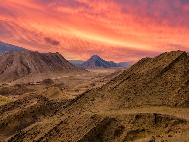 Горный пейзаж на фоне огненно-красного заката