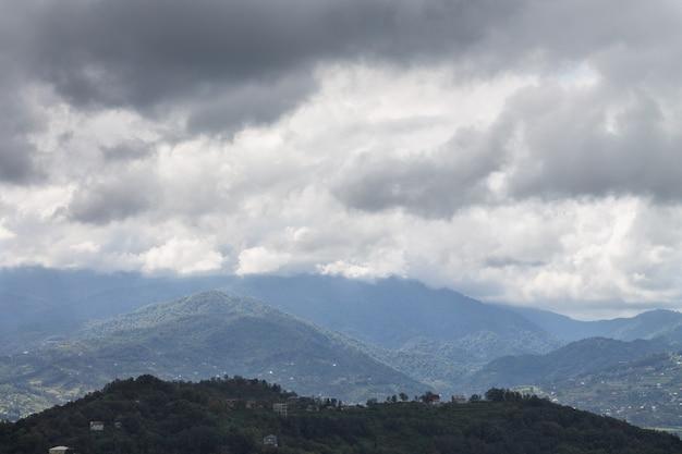 검은 색과 흰색 구름의 배경에 대해 산 풍경. 상단에서보기. 바투 미