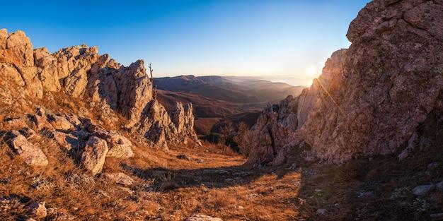 日の出の山の風景