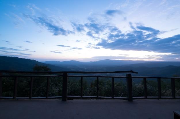 Горный пейзаж на закате.