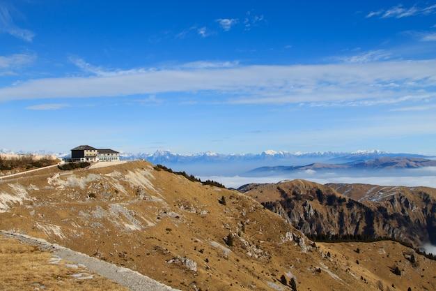 이탈리아 알프스에서 산 풍경입니다.