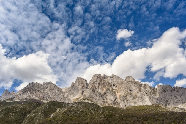 Горный пейзаж в солнечный день в рута-дель-карес, астурия, испания