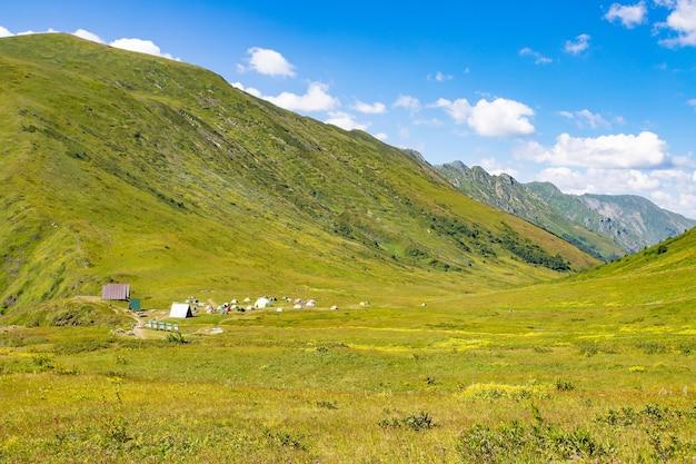 Горный пейзаж в синих тонах в солнечный день на вершинах