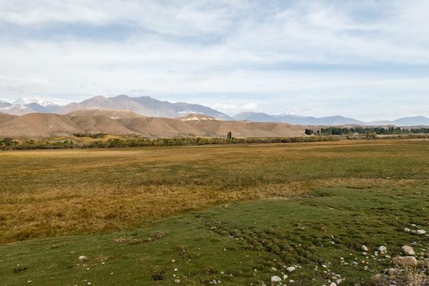 中央アジア、ジャンガル地区、キルギスタンの山の風景