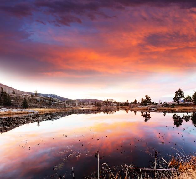 アメリカ合衆国コロラド州ロッキー山脈の山の風景。