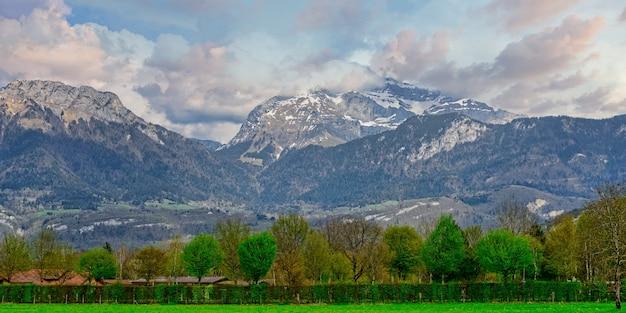 フランスアルプスアヌシーの山の風景