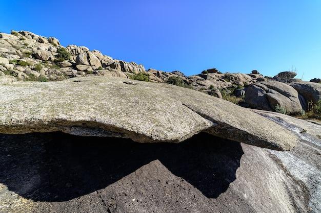 大きな花崗岩の山の風景、さまざまな壮大な形の高い石の形成。町、バルデマンコ、マドリード。