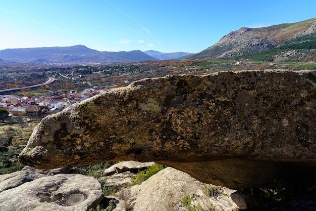 큰 화강암 바위의 산 풍경, 다양한 화려한 모양의 높은 석조 형성. 타운, 발데 망코, 마드리드.