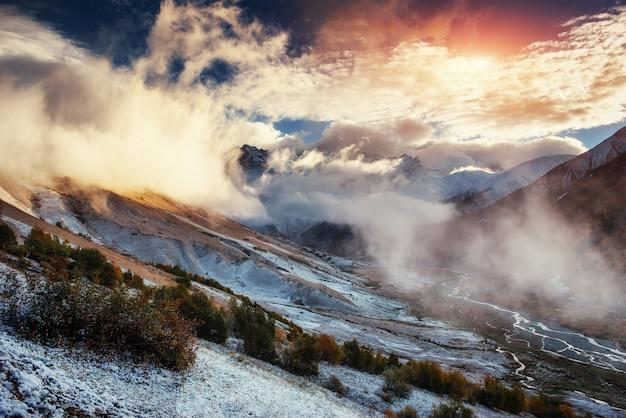 霧の中で雪をかぶった山の山の風景
