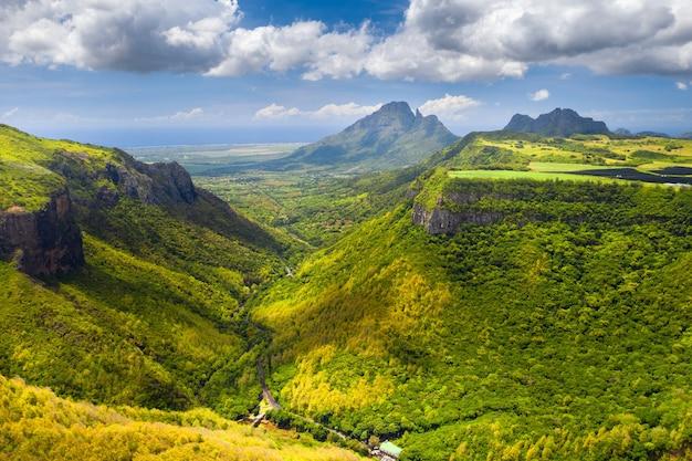 モーリシャス島の峡谷の山の風景、モーリシャスのジャングルの緑の山々。