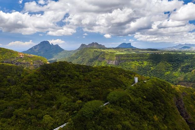 모리셔스 섬, 모리셔스 정글의 녹색 산에 협곡의 산 풍경.