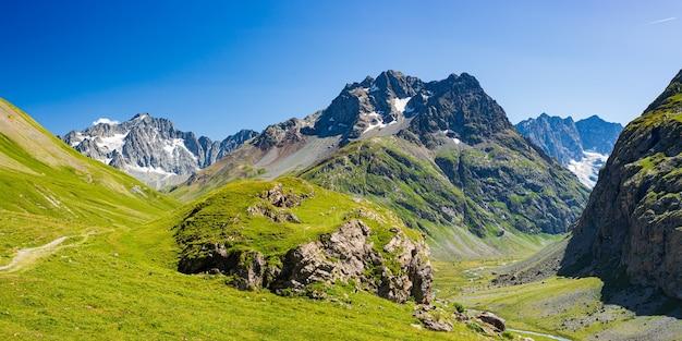 Горный пейзаж французских альп, массив экрен. живописные скалистые горы на большой высоте с ледником