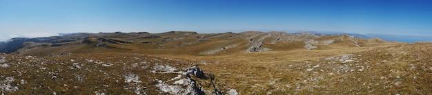 山の風景、山の頂上にある高原のパノラマビュー、クリミア半島、ロシア