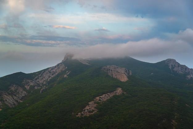 산 풍경, 숲으로 덮인 바위 언덕, 구름의 봉우리