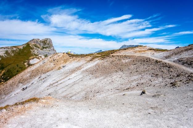 Вид на горный пейзаж с вершины пти-монблан в пралоньян-ла-вануаз, французские альпы