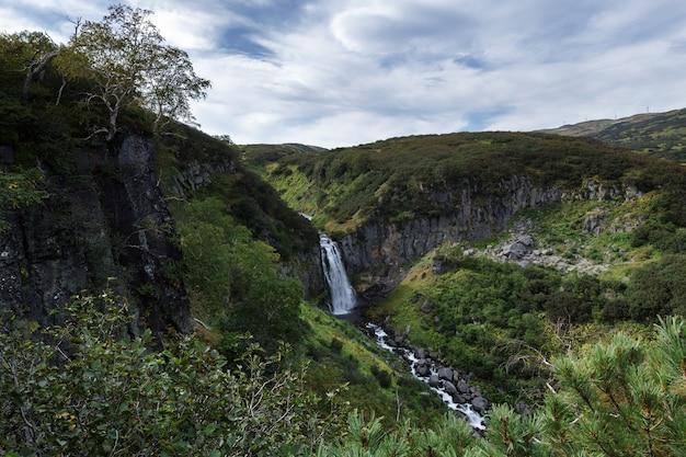 谷の深い峡谷と山の滝のカスケードの山の風景の景色