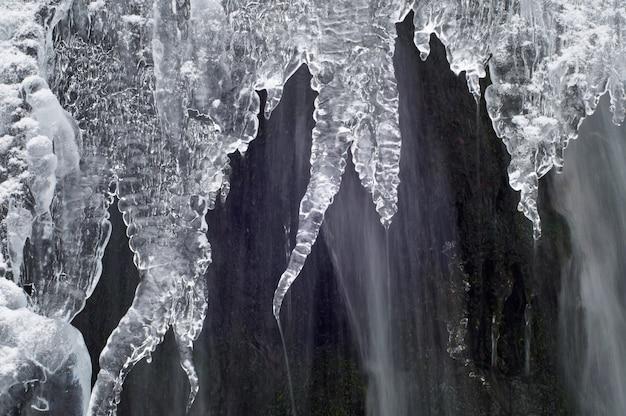 Горный пейзаж с замерзшим ручьем