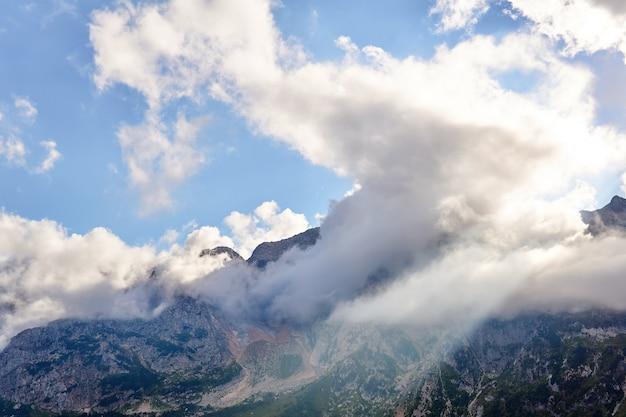 Горный пейзаж с солнечным лучом, пробивающимся сквозь облака