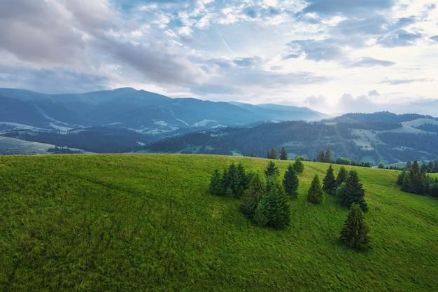 雲と美しい青い空と山の風景