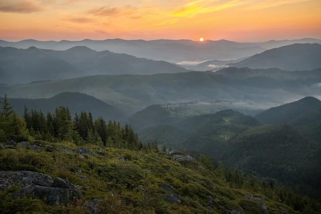 Горный пейзаж с красивым восходом солнца