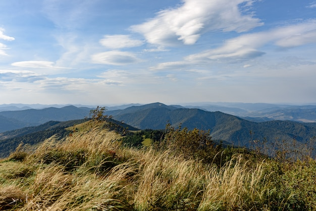 Горный пейзаж с голубым небом