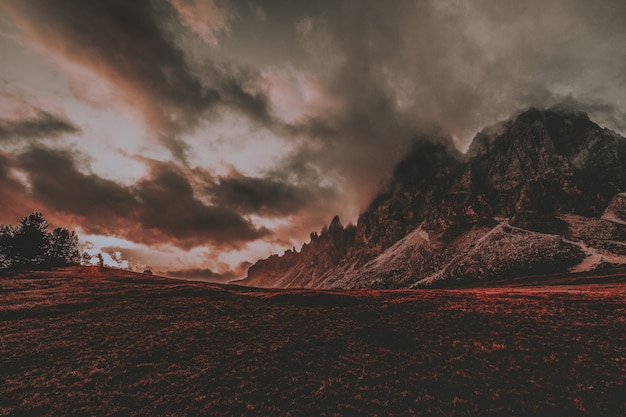 Paesaggio di montagna con le nuvole